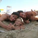 famiglia-spiaggia-sabbia